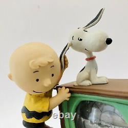 Hallmark Peanuts Snoopy, Figurine Charlie Brown Snow Globe, When Life Gets Fuzzy